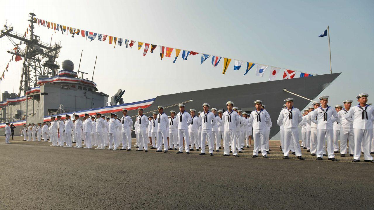 Marinos taiwaneses desfilan ante una nueva fragata en el puerto sur de Kaohsiung, en Taiwán