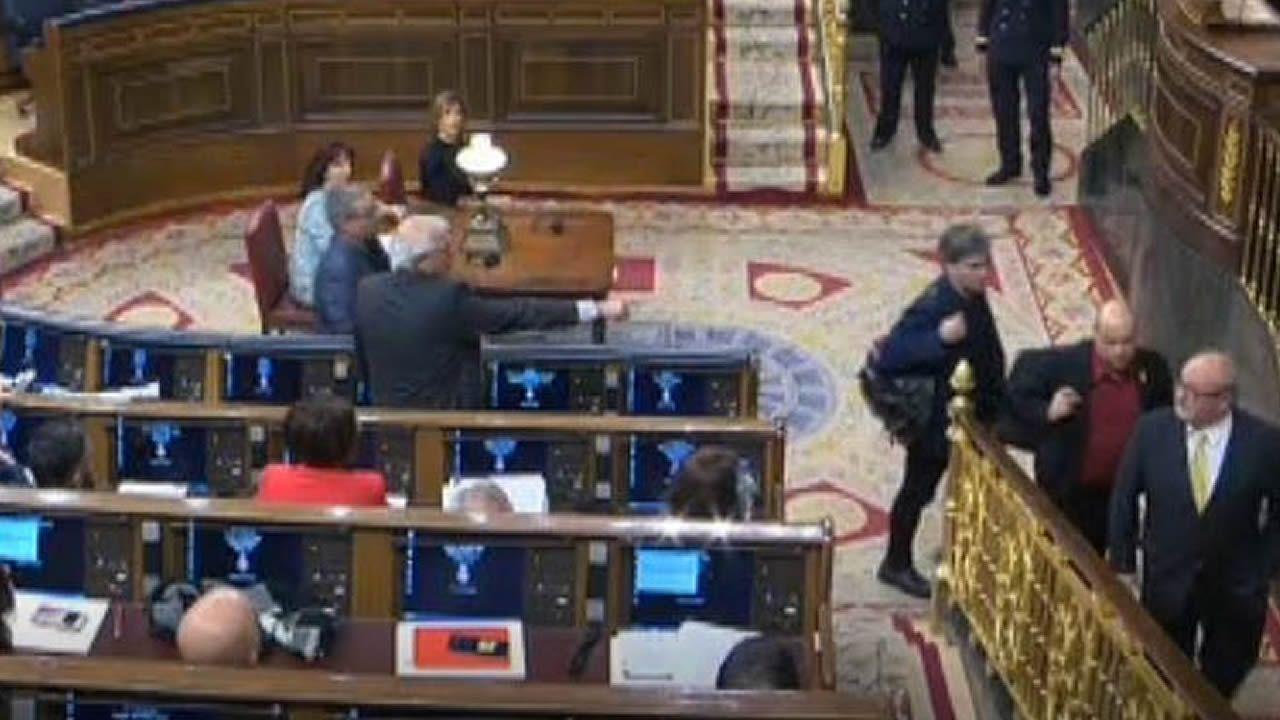 Momento en el que Borrell denuncia el supuesto escupitajo de un diputado de ERC