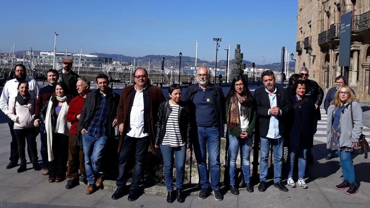 Integrantes de las listas de Podemos y Equo, junto al Pozo de la Barquera