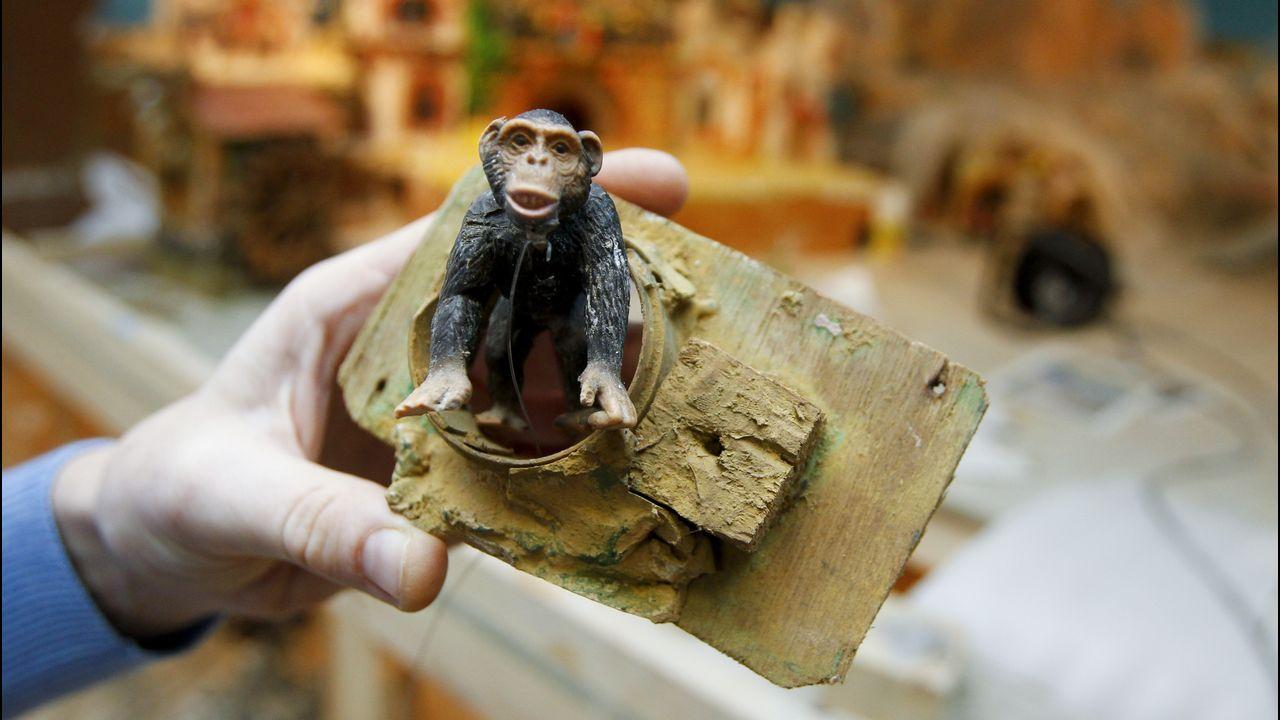 Arquitectura con alma industrial.El mono «Maguila» es unas de las figuras «jubiladas» que regresarán al belén de Alfredo Martín tras años de permanecer en el almacén