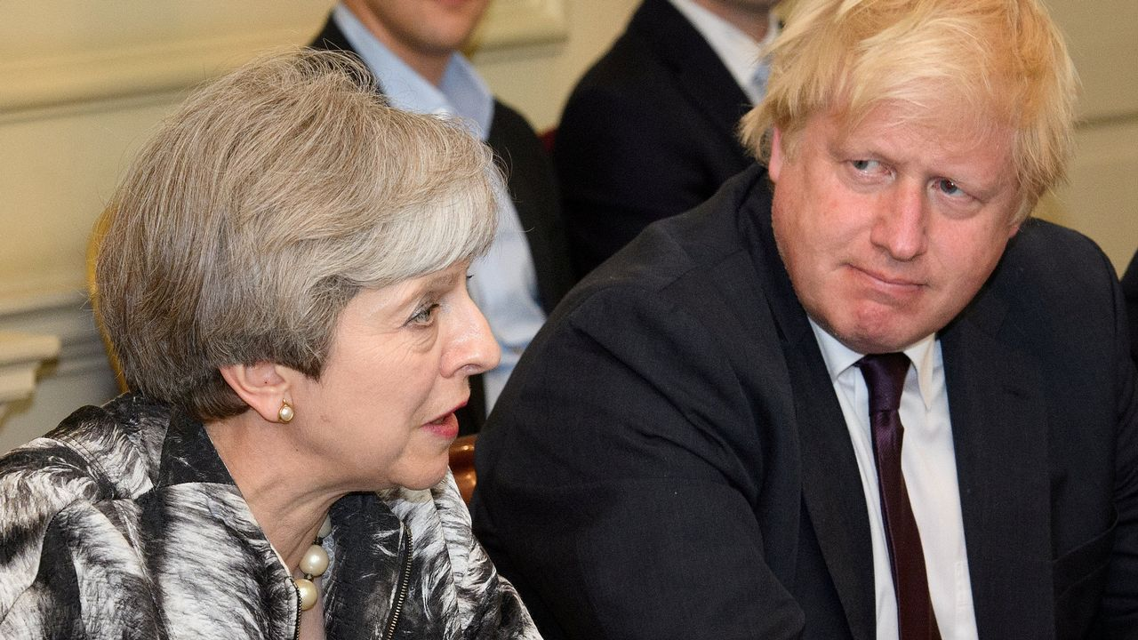 .Theresa May junto a Boris Johnson