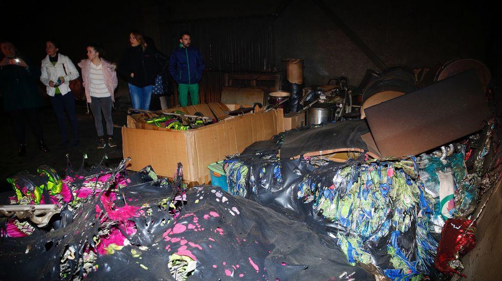 Incendio de un belén en el polideportivo de Campo Lameiro.Incendio en una cuadra en Castropol