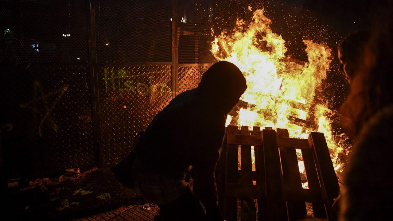 Los manifestantes arrojaron piedras, botellas e incendiaron montículos de basura a pocos metros del acceso al Parlamento