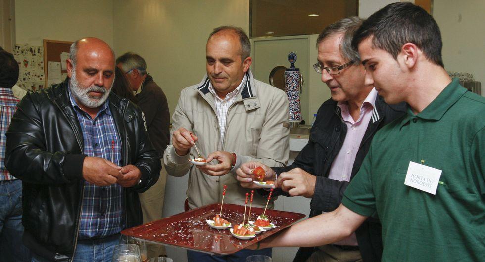 La Feira das Fabas llena Ponteceso de sabor.La cita reunió a autoridades y representantes del mundo agrario.