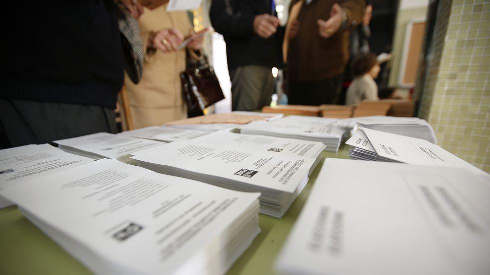 Los candidatos de la comarca depositan su voto.El pescador cedeirés muestra la credencial en la oficina de seguros que regenta en la villa