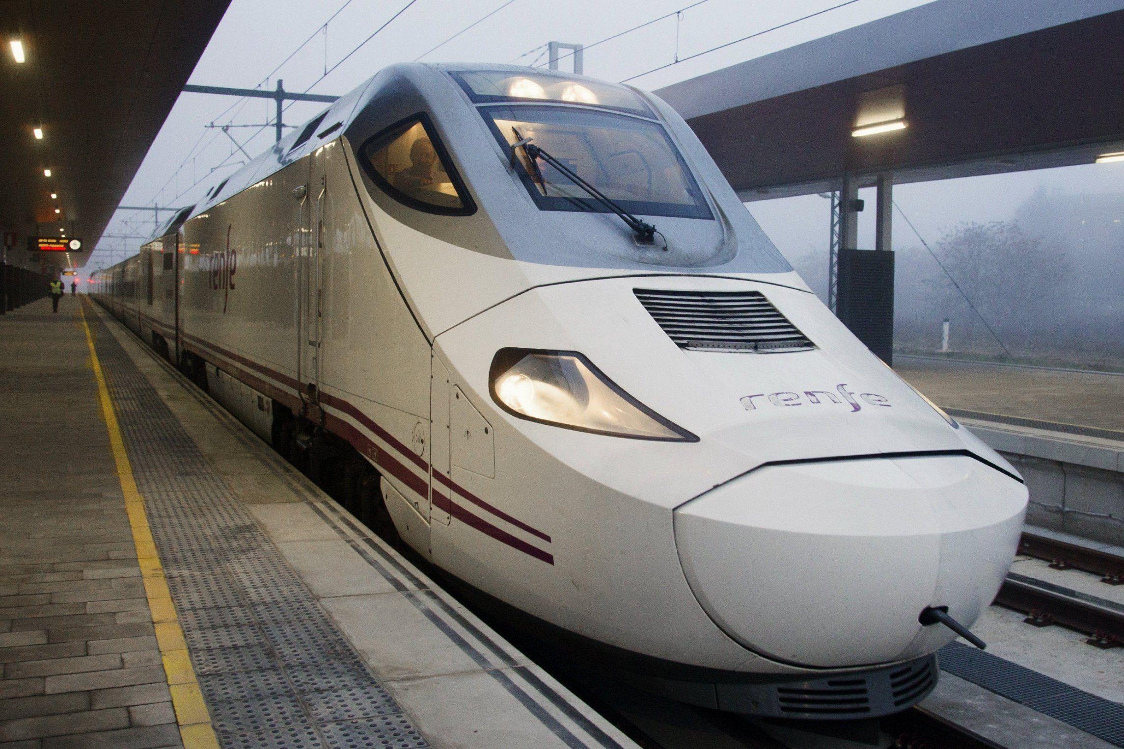 Renfe denunciará a los pasajeros que ocasionaron incidentes y el retraso del AVE.Cabina del convoy de la línea de Alta Velocidad con el que se inauguró el Eje Atlántico A Coruña-Vigo