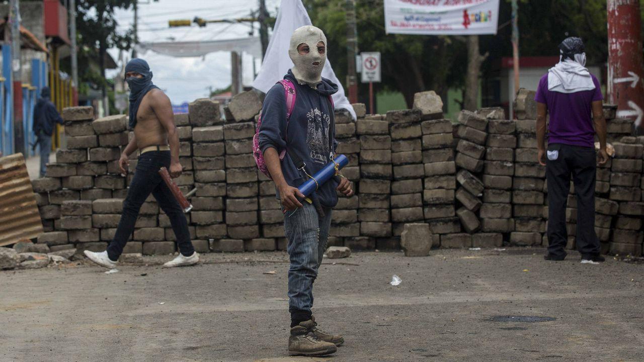 Centro penitenciario de Villabona.Una manifestante vigila una barricada en la universidad