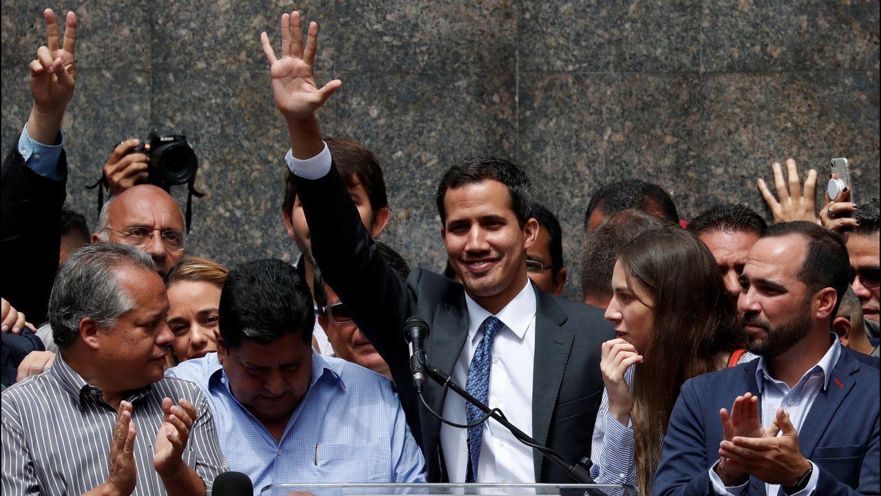 Juan Guaidó durante su primera aparición pública tras autoproclamarse presidente de Venezuela
