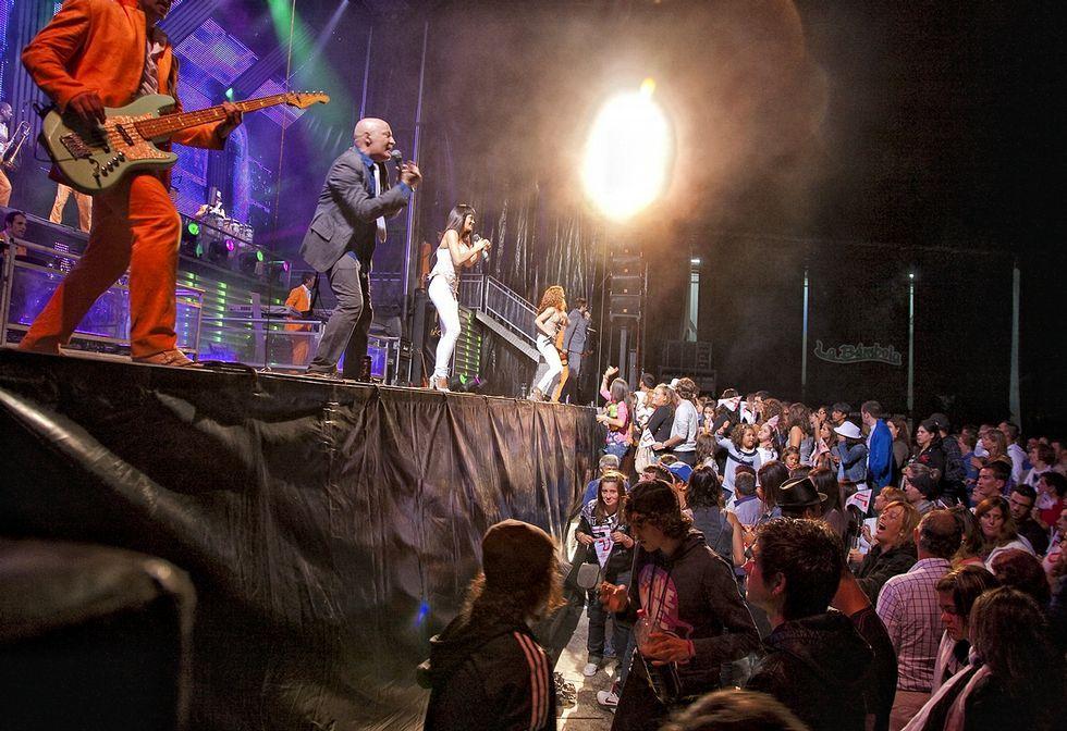 .Actuación de la orquesta Panorama, una de las más reclamadas, en las fiestas de Muxía.