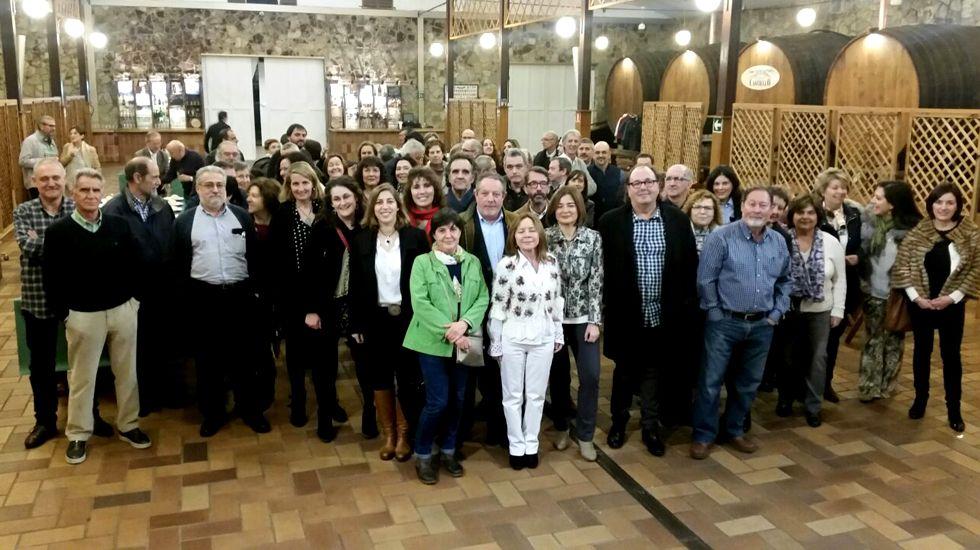 Suárez del Fueyo, rodeado de personas en la espicha-homenaje por su jubiliación como director del CP Jovellanos