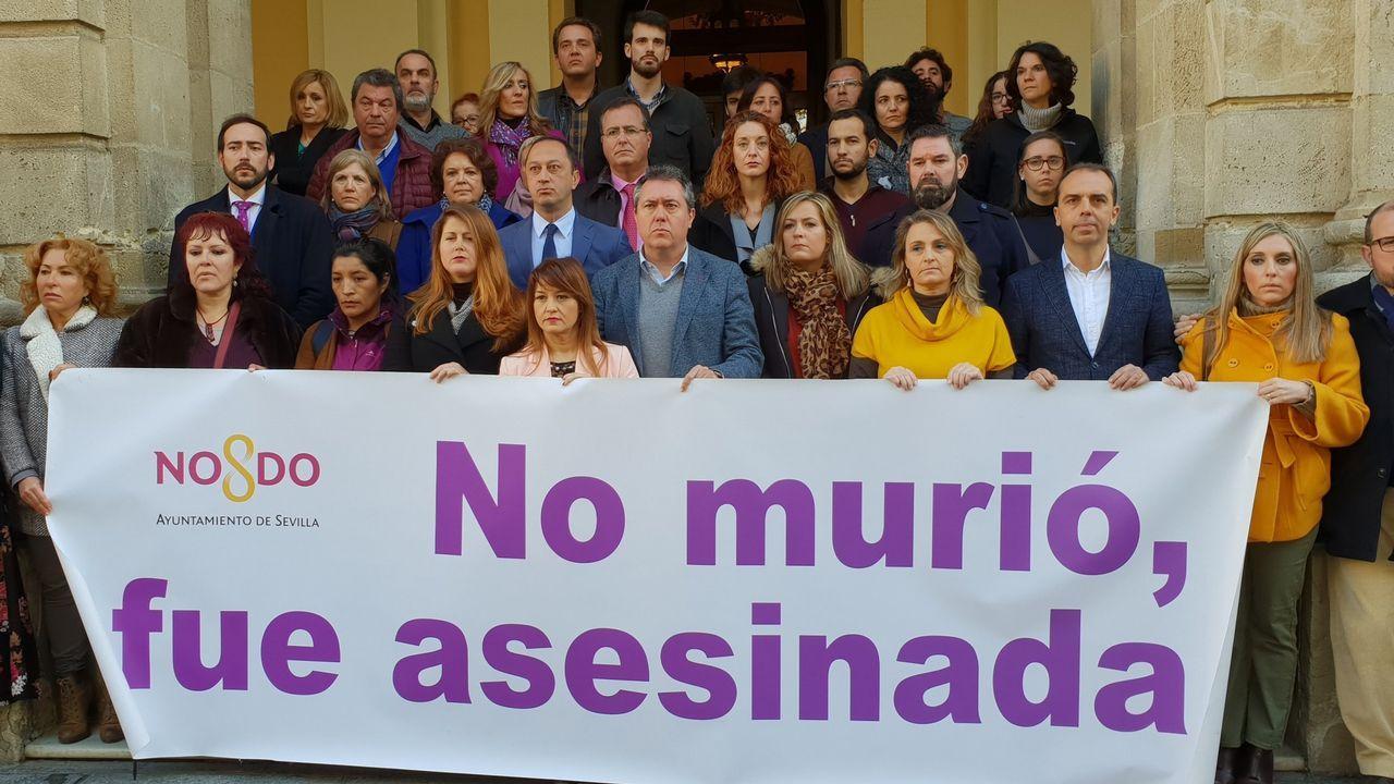 gasolinera, repostar, gasolina, estación de servicio.Minuto de silencio por Laura Luelmo a las puertas del Ayuntamiento de Sevilla