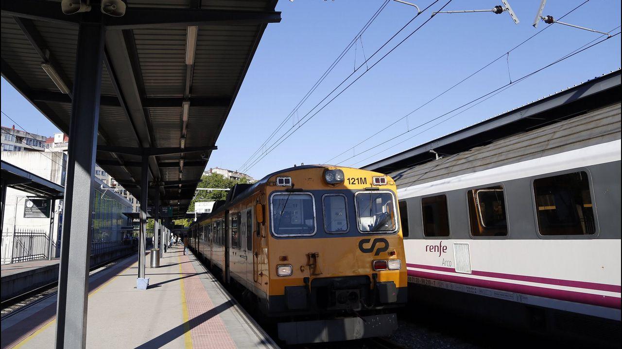 Salida del tren Vigo-Oporto desde la estación de Guixar, en la ciudad olívica