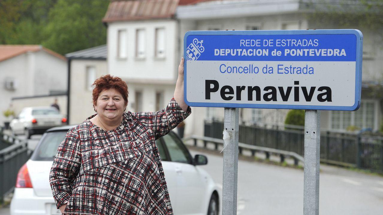 La actriz Chelo do Rejo junto al cartel de Pernaviva, en A Estrada, donde vive