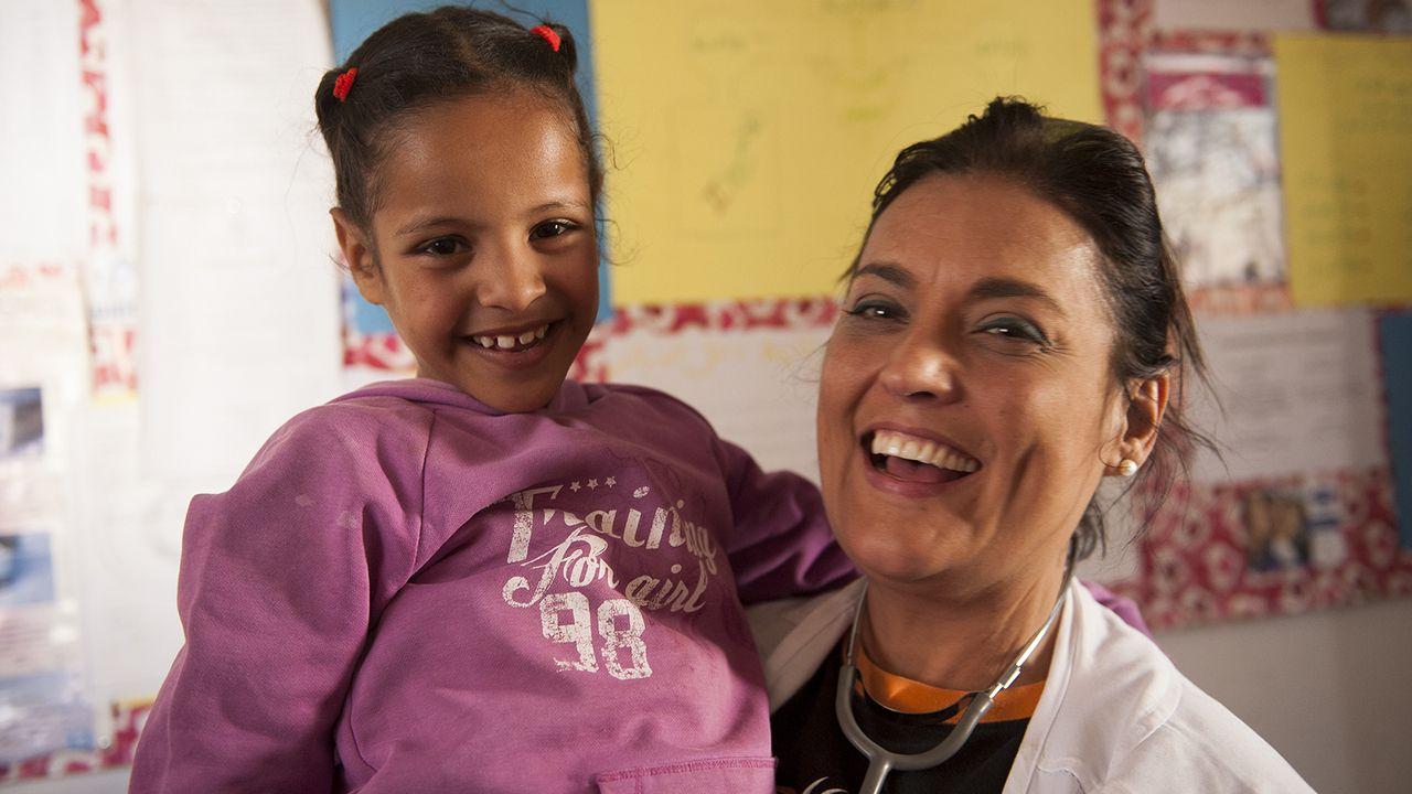 María Luisa Ordóñez con una niña en uno de los campamentos saharauis