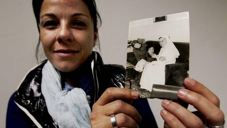 María Alonso con la foto de su hermana cuando ingresó en el centro hace tres décadas