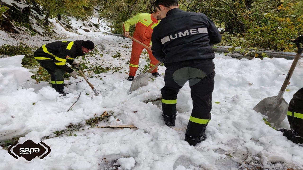 Intervención de la UME y los bomberos en el monasterio de Hermo, en Cangas del Narcea