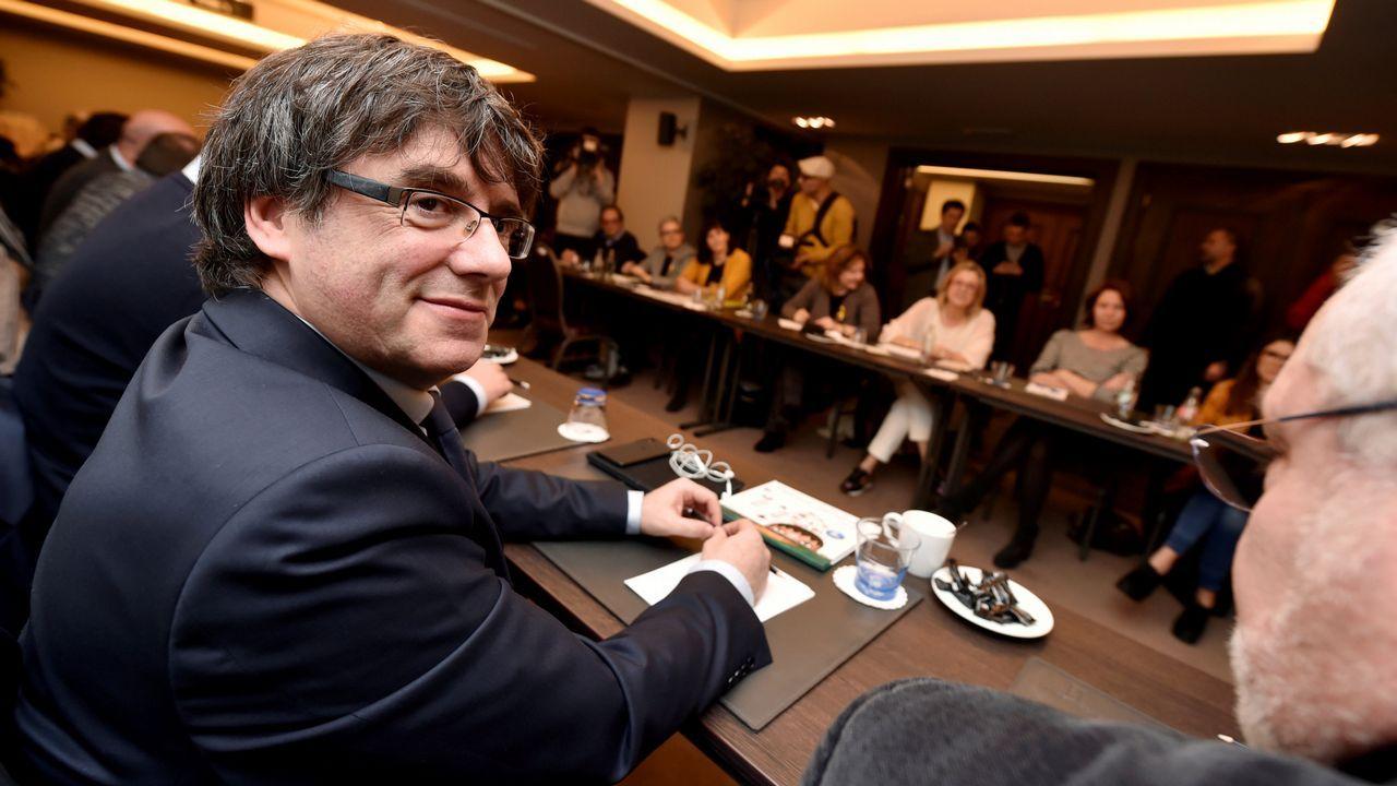 Combo de fotografías de los documentos presentados en el pleno extraordinario de la Asamblea de Madrid por Cristina Cifuentes