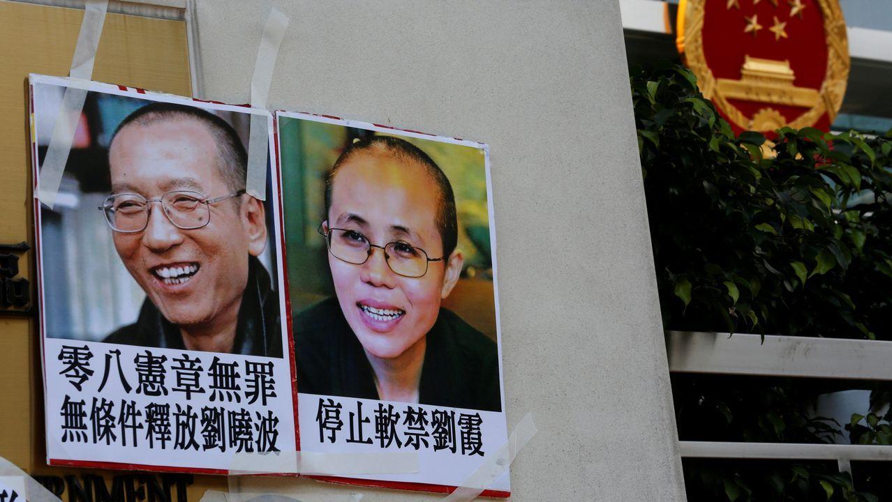 La Voz celebra sus 50 años en Príncipe.Un cartel del Nobel chino Liu Xiaobo y su esposa, Liu Xia