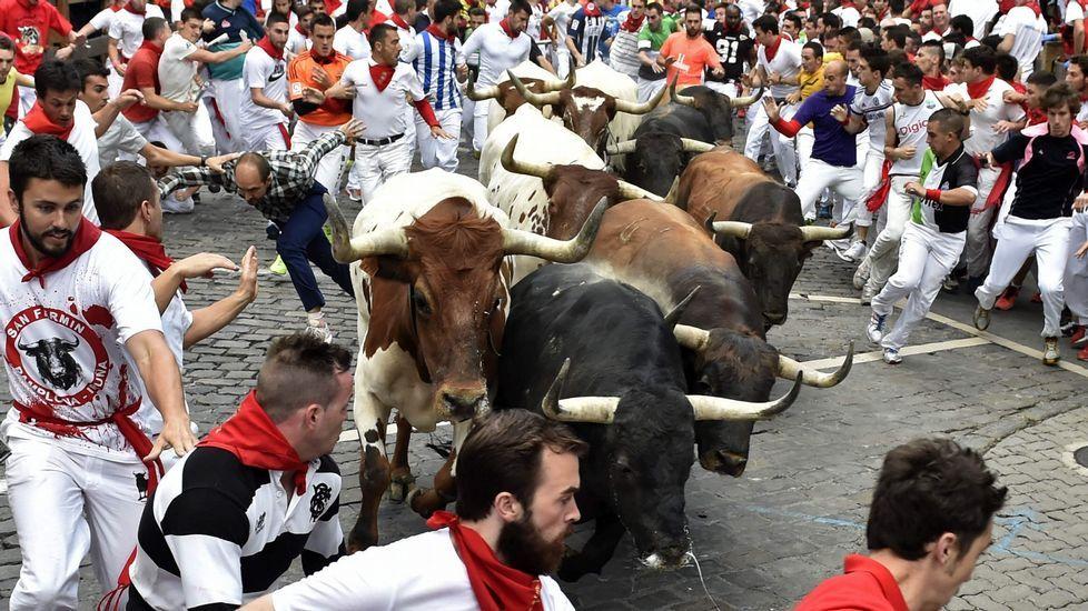 Las imágenes del segundo encierro más rápido de la historia.Corredores ante los toros de la ganadería Miura en el último encierro de los Sanfermines 2015