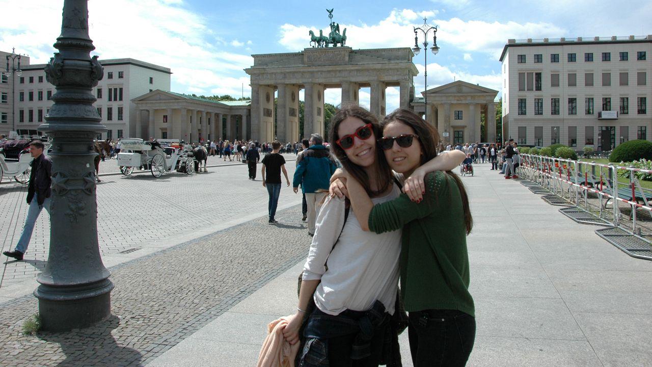 Ainhoa Hevia junto a su prima Sara Fernández delante de la Puerta de Brandenburgo