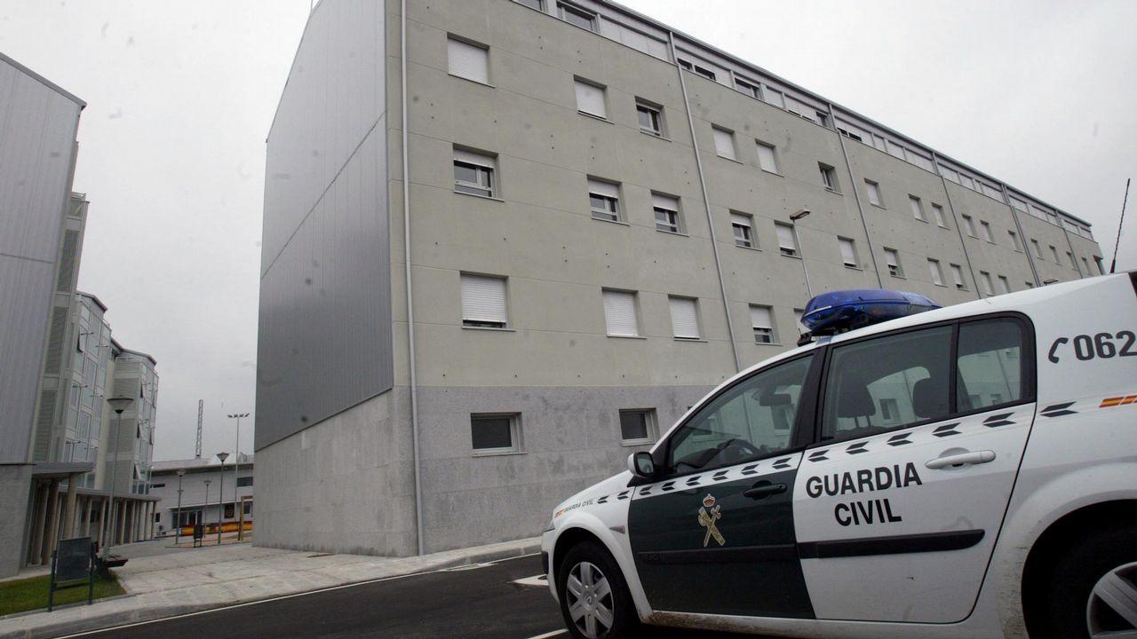 Los funcionarios penitenciarios cortan los accesos a la prisión de A Lama.Manifestación antitaurina en Gijón