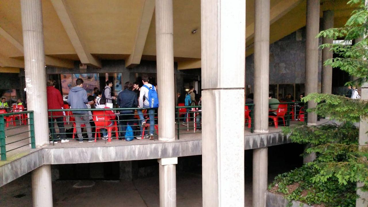 .Los estudiantes, antes de enfrentarse a la EBAU, se relajan en la cafetería de la Facultad de Economía y Empresa