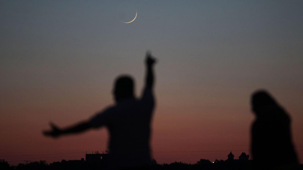 Un hombre señala la luna creciente en Khan Yunis, en el sur de la Franja de Gaza