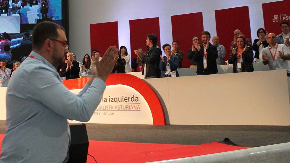 Adrián Barbón sube al escenario del Calatrava ante los aplausos de su Ejecutiva