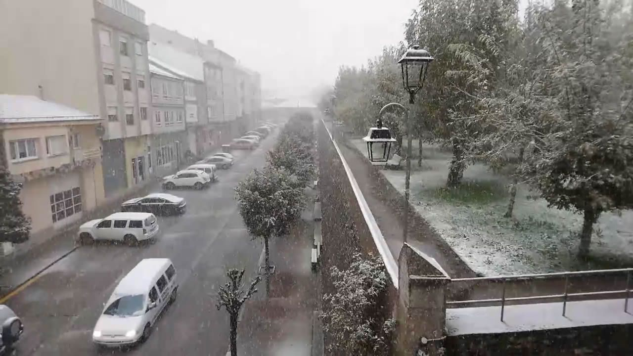 Primera nevada de la temporada en A Fonsagrada.Jesús y Nuria, vecinos de Vilar de Cancelada, sobreviven gracias a un generador de diez litros de gasoil