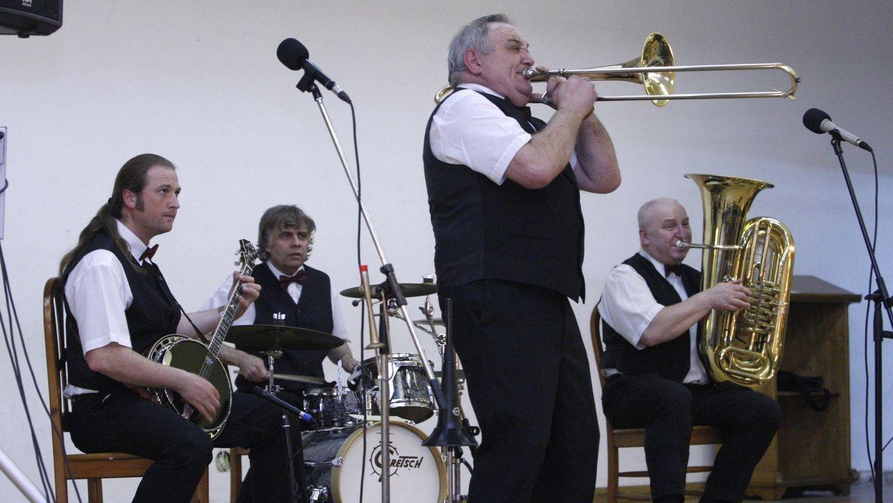 Así suena la Old Timers Jazz Band de Praga.Carril de tren de Arcelor, en Veriña