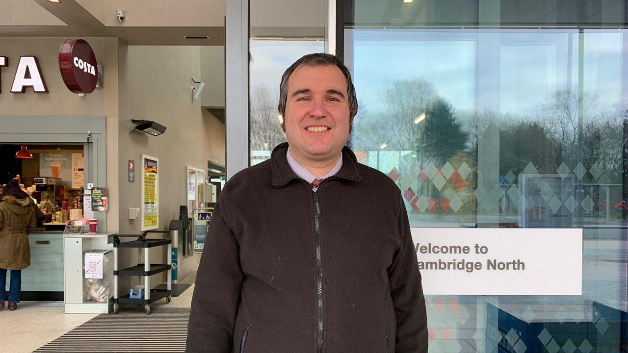 El gijonés Emilio Gómez en la entrada de la estación de trenes de Cambridge, donde trabaja
