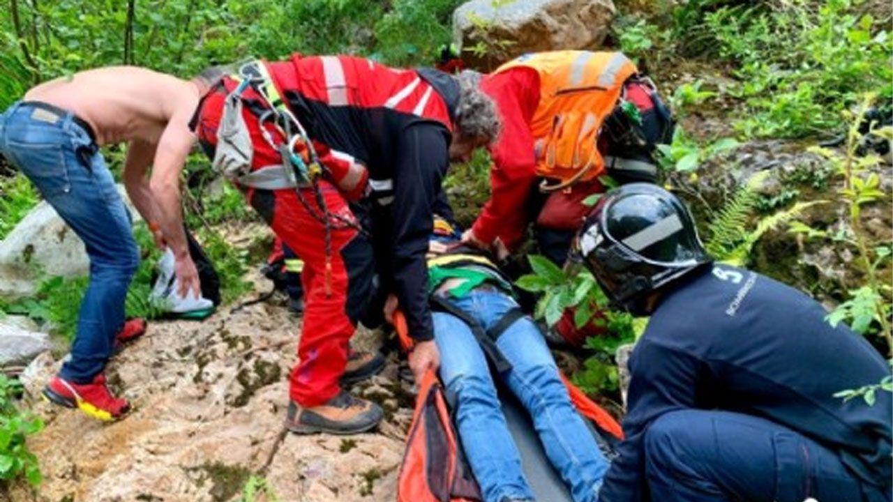 El rescate del senderista herido al precipitarse en la Senda del Oso.El HUCA