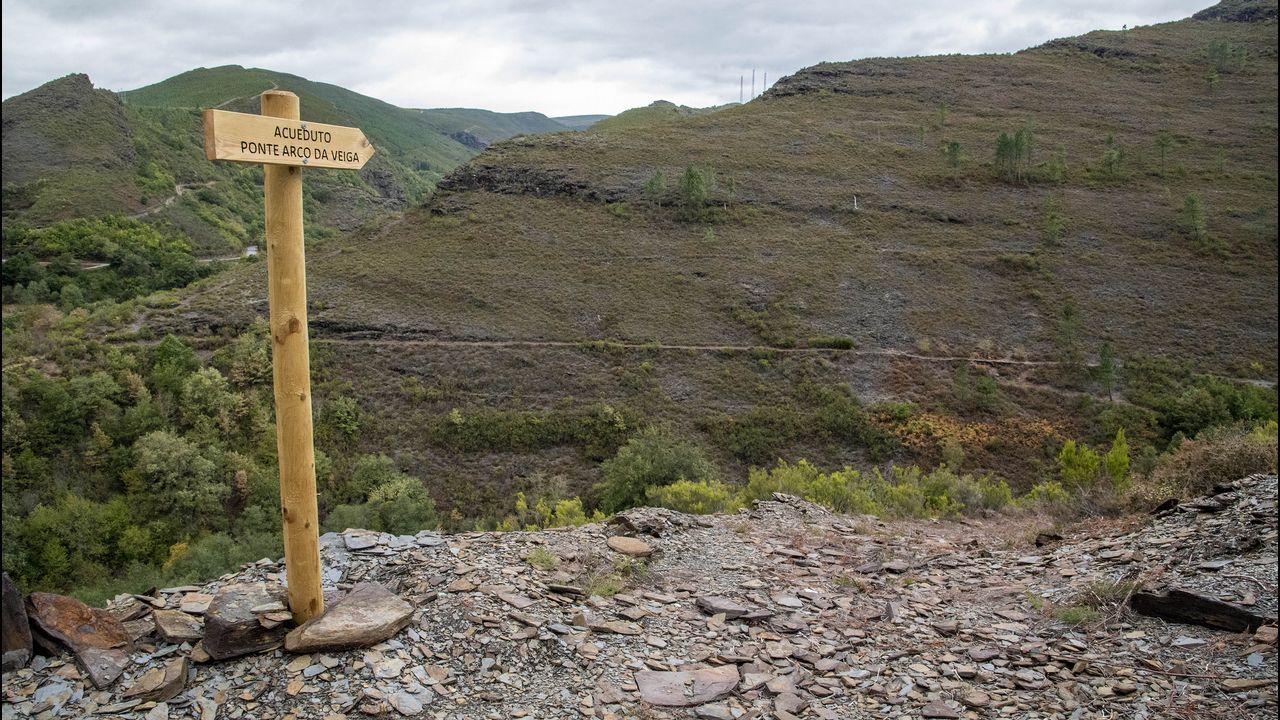 Una señal instalada recientemente para indicar el camino del puente acueducto