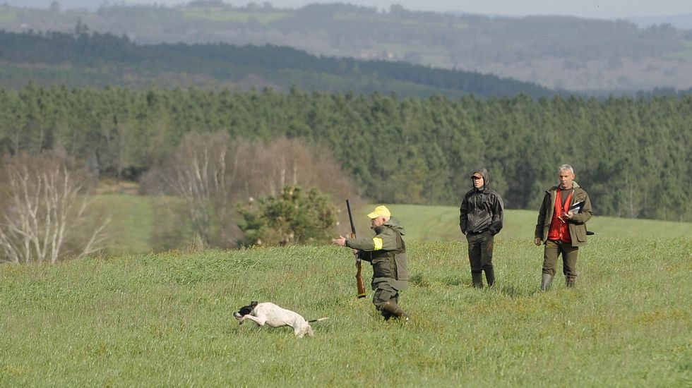 Lanzan animales muertos al río.Un cazador arrastra hacia el río Cubia uno de los jabalís cazados, en presencia de un menor, pixelado en las imágenes