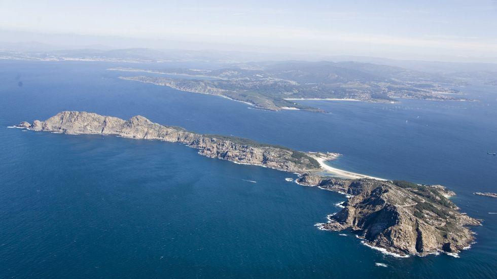 .O relevo occidental das Cíes, enfrontado a mar aberto, e máis abrupto