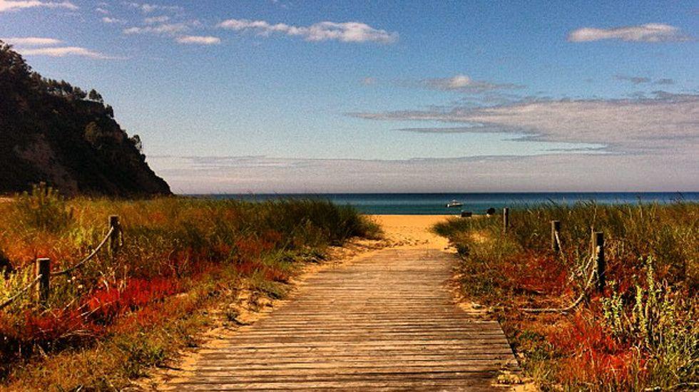 Acceso a la playa de Rodiles, a través de las dunas.Acceso a la playa de Rodiles, a través de las dunas
