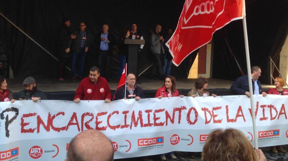 Los secretarios generales de CCOO y UGT, Antonio Pino y Javier Lanero, en una concentración ante la sede de Fade. El presidente de la Federación Asturiana de Empresarios (FADE), Pedro Luis Fernández