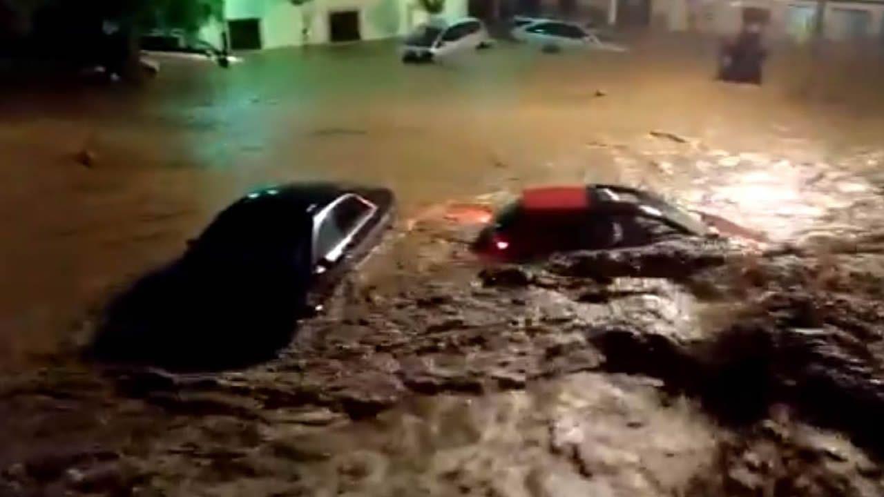 <strong>¿Cómo se explicaesta histórica riada?</strong>.Destrozos en una carretera de Mallorca por el torrente