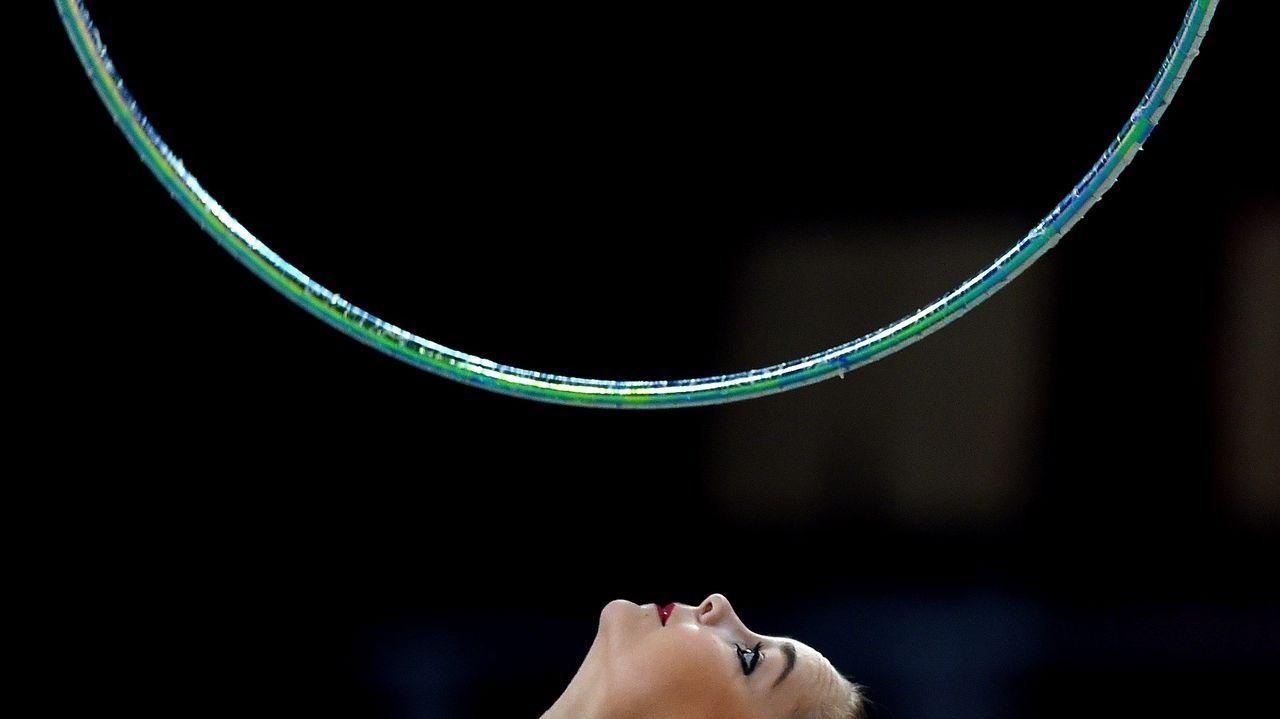 La rusa Arina Averina ejecuta su ejercicio de aro durante los mundiales que se disputan en Sofía (Bulgaria)