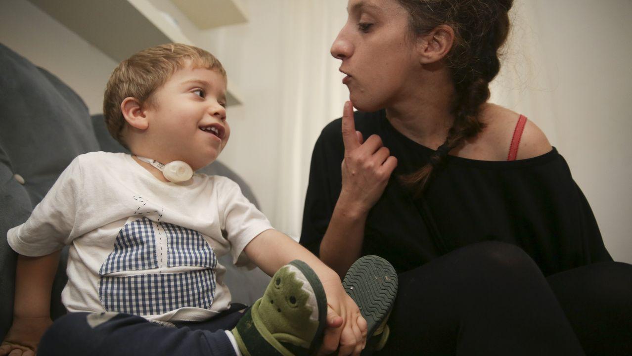 Usuarias de las paradas antiacoso: «Me siento más segura».Alexia mira a su hijo, Miguel, un año después del dramático episodio en el sofá en el que ocurrió todo