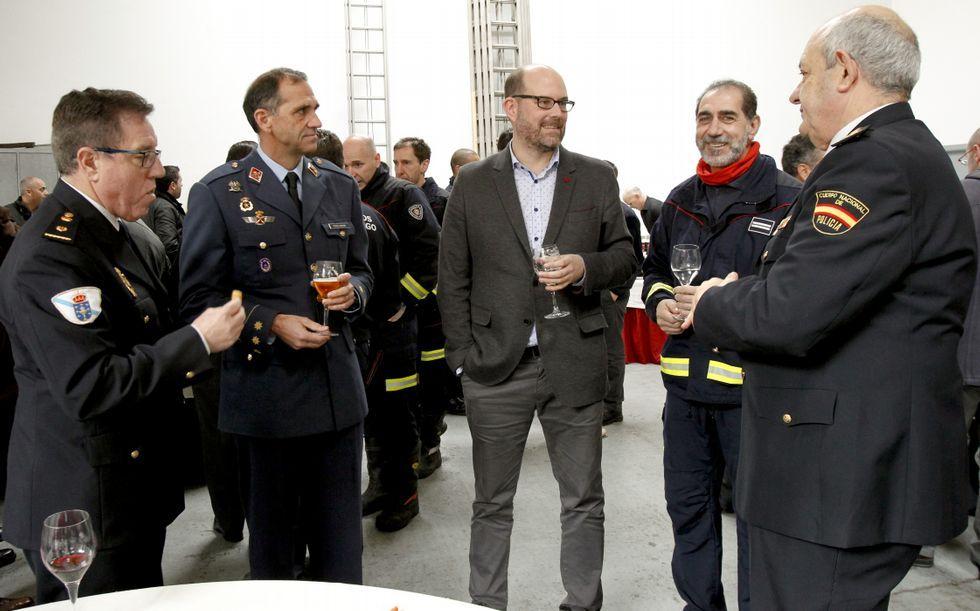 Santiago ya tiene presupuestos.El jefe de bomberos -segundo por la derecha- en la recepción.