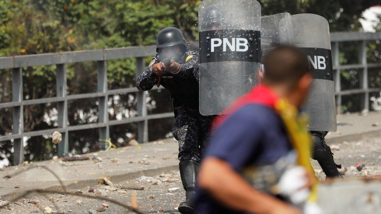 Máxima tensión en Venezuela tras proclamarse Guaidó presidente.Flávio Bolsonaro, tras su padre, en la sede del Gobierno en Brasilia