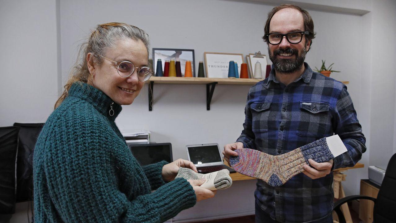 «¡Claro que hacer calcetines es hoy un gran negocio!».Jesús Domínguez y su mujer Herme en una de las escasas fotografías públicas que existen. Fue tomada en el 2003.