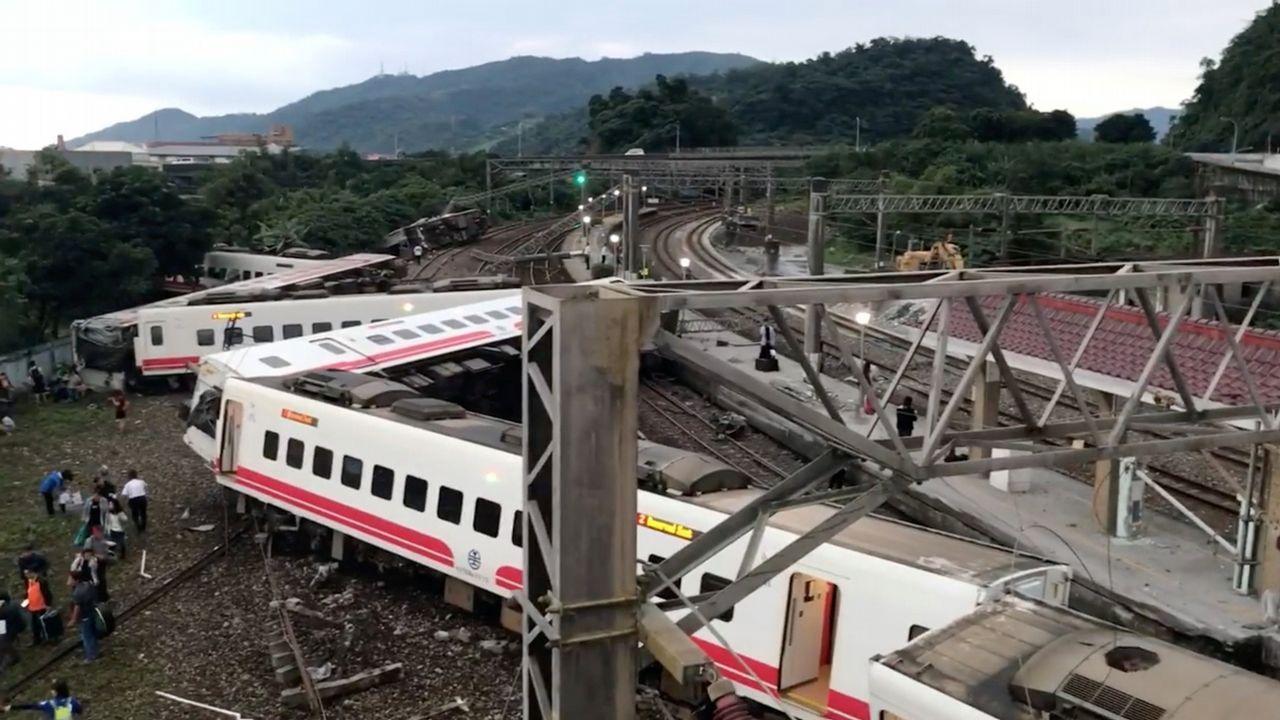 ¿Un Angrois en Taiwán?.Vista del tren Alvia a su llegada a la estaciónn de Puente de los Fierros en las laderas del puerto de Pajares (Asturias)