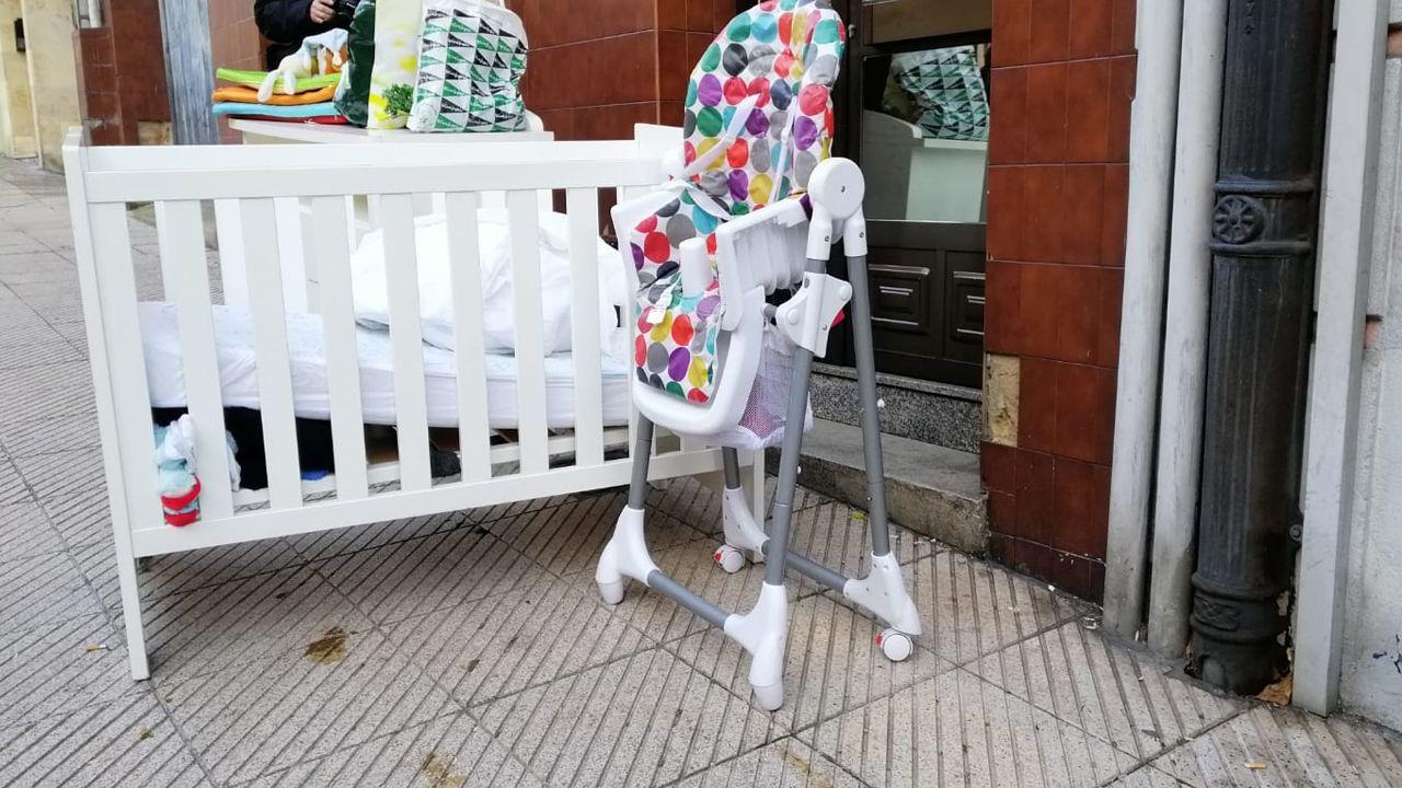 Los enseres del bebé esperan junto al portal