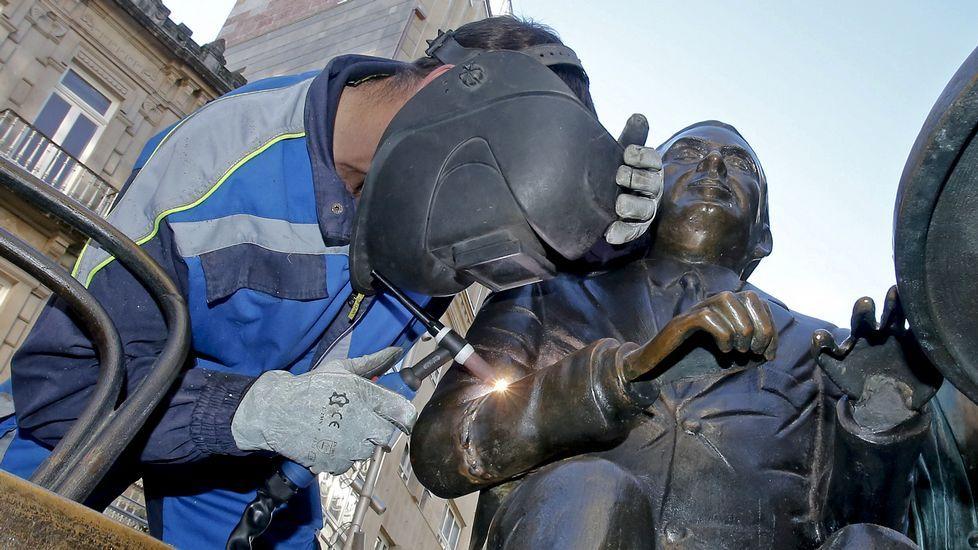 .Reposición del brazo de la escultura de Paz Andrade