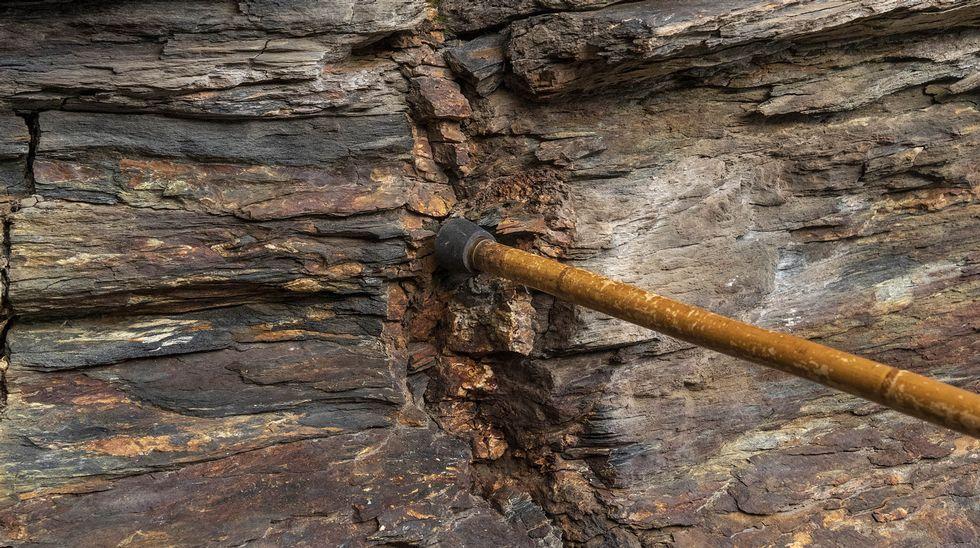 En el lugar se aprecia la presencia de sulfuros asociados a la pizarra, un indicio de vetas de oro