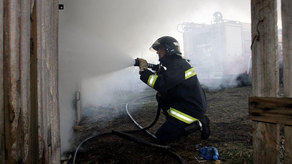 Imagen de archivo de los bomberos actuando en un incendio en una parroquia de Monforte