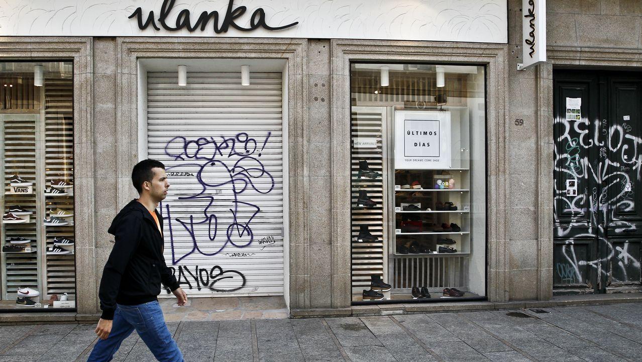 Los grafitis invaden la calle más comercial de Vigo.