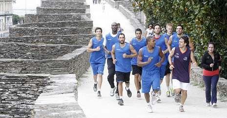 Los jugadores del Breogán, corriendo por la Muralla ayer por la mañana.